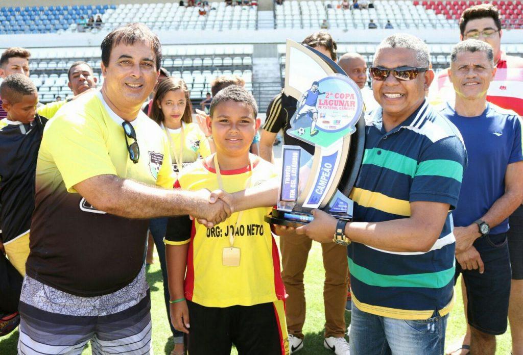 Presidente da ASSOMAL é homenageado com o nome em Troféu da 2ª Copa Lagunar de Futebol Carente - Sub 12/2017